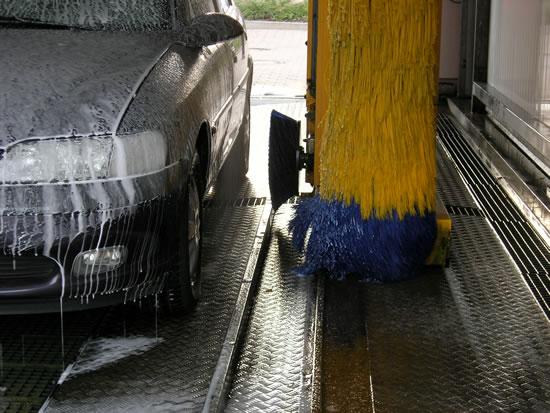 Blick in eine Autowaschanlage mit Fahrzeug, das gerade gewaschen wird